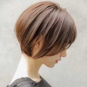 前下がりの丸みショートボブのヘアスタイル