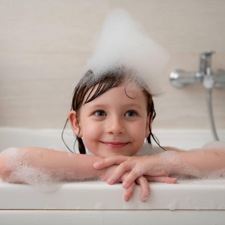 頭にシャンプーの泡を乗せた女の子