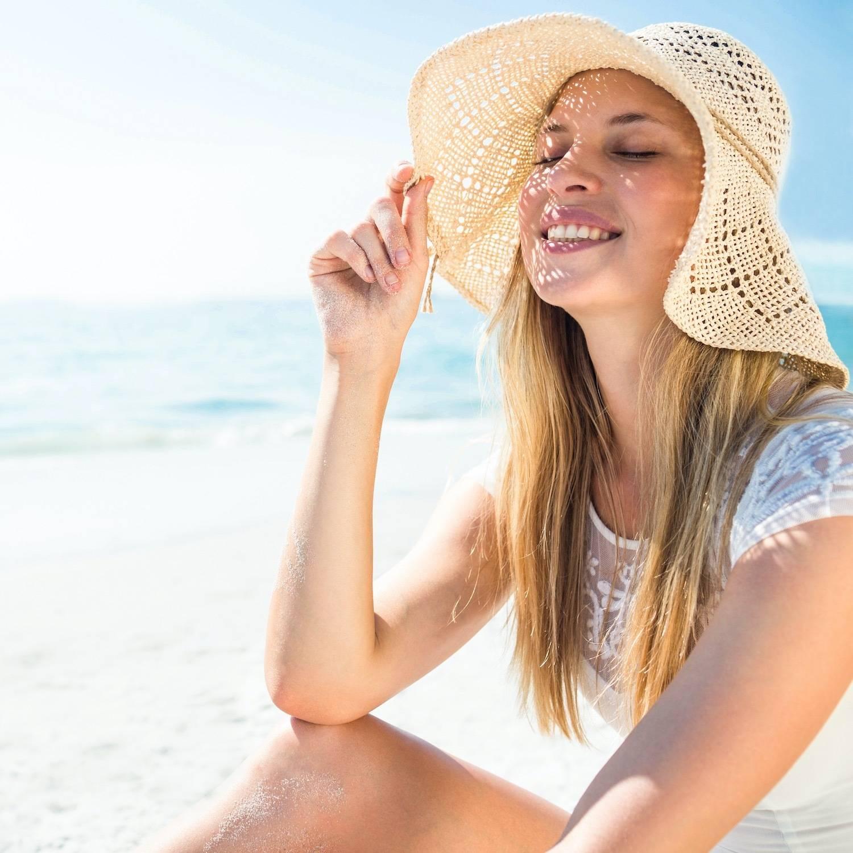 夏のビーチに座る女性